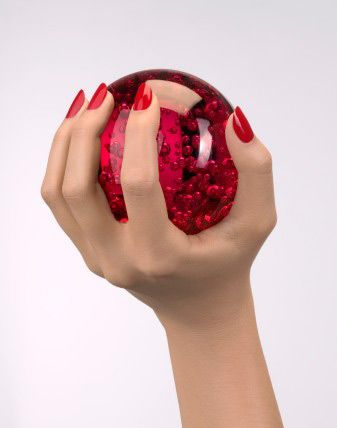 Tırnağınızı yapıştırın  Kırıldığı zaman tırnağınızı koparmak yerine, bir damla japon yapıştırıcısını kırıldığı yere damlatın. Üzerine en sevdiğiniz ojeden yoğun bir tabaka sürün. Kırık çizgiyi gizlemek için kırmızı, bordo veya mercan gibi ışık geçirmeyen mat renkleri tercih etmelisiniz.  Bitki yağından yararlanın  Tırnakların etrafını çevreleyen ölü derilerin sertleşip şeytantırnağına dönüşmemesi için, bu bölgelere bir miktar kayısı yağı damlatın.